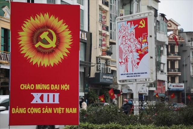 Cụm pano cỡ lớn trên đường Điện Biên Phủ (Hà Nội) chào mừng Đại hội XIII của Đảng. Ảnh: Tô Thế.
