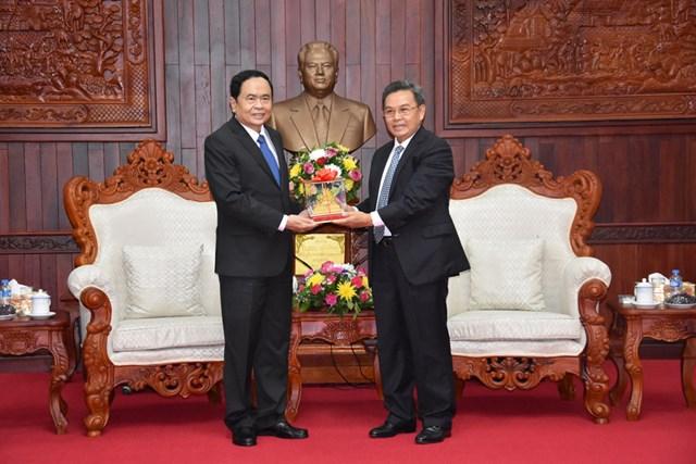Chủ tịch UBTƯ MTTQ Việt Nam Trần Thanh Mẫn và Chủ tịch Xay xổm phon Phôm vi hản trong chuyến thăm hữu nghị chính thức nước CHDCND Lào tháng 8/2017.