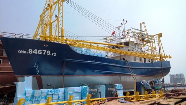 Tàu vỏ thép QNa 94679 TS của ngư dân Trần Văn Liên nằm bờ nhiều năm qua.