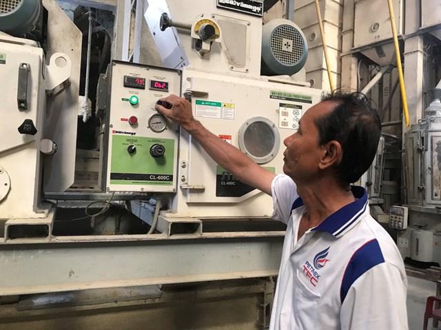 Ông Trần Văn Cư vận hành hệ thống sản xuất thương hiệu Gạo sữa An Cử.
