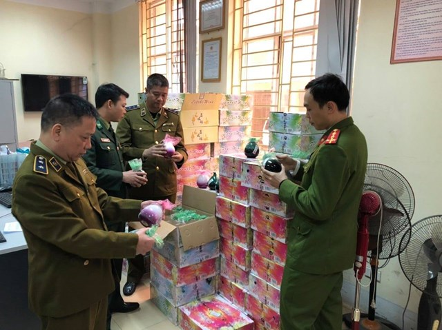 Quản lý thị trường tỉnh Lào Cai bắt giữ và xử lý hơn 1.000 chai rượu nhập lậu.