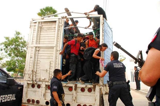 Mexico phát hiện gần 130 người di cư trong thùng xe tải - Ảnh 1