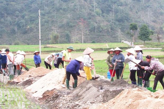 Người dân thôn Làng Cúng, xã Đạo Đức, huyện Vị Xuyên (Hà Giang) làm đường bê tông nội đồng. Ảnh: Nguyễn Phương.