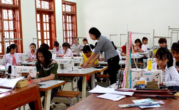 Buổi thực hành của sinh viên lớp May, Trường Cao đẳng Kinh tế và Công nghệ Hà Giang.