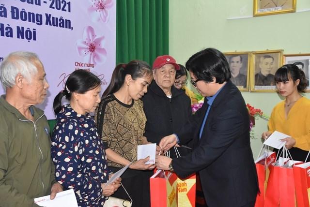 Phó Tổng Biên tập Phụ trách Lê Anh Đạt tặng quà cho các hộ gia đình có hoàn cảnh khó khăn xã Đông Xuân, huyện Sóc Sơn, Hà Nội.