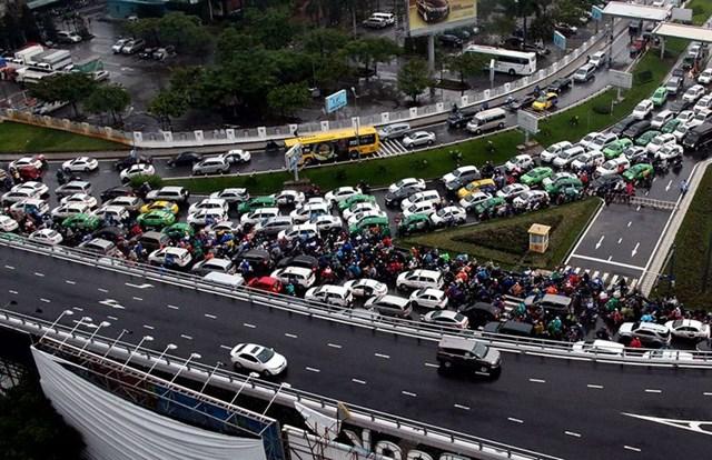 Khu vực đường ra vào sân bay Tân Sơn Nhất thường xuyên xảy ra tình trạng kẹt xe kéo dài.