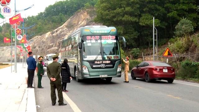 Lực lượng chức năng kiểm soát các phương tiện đi vào huyện Vân Đồn.