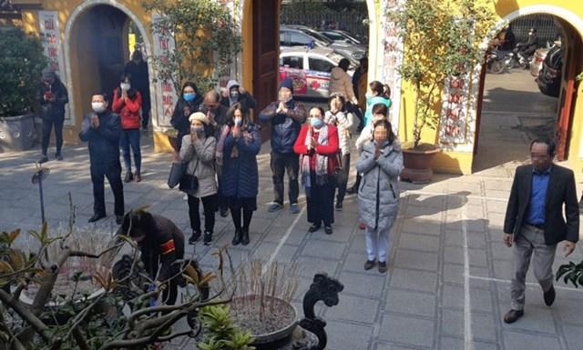 Người dân đến chùa phải đeo khẩu trang. Ảnh minh họa.