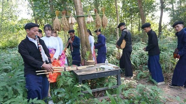 Người dân mang lễ vật ra khu rừng thiêng để dâng thần linh. Ảnh: Hoàng Hải.