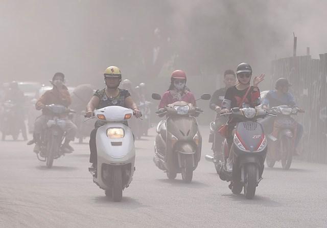 Bụi và khí thải từ các phương tiện giao thông là một trong những nguyên nhân chính gây ô nhiễm không khí. Ảnh Quang Vinh.
