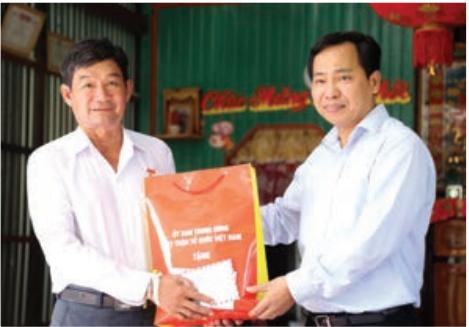 Bí Thư Thành uỷ Cần Thơ Lê Quang Mạnh thăm hỏi tặng quà gia đình chính sách.