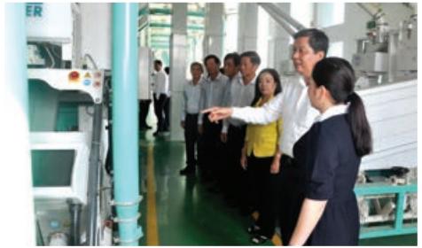 Ông Phạm Văn Hiểu, Phó Bí thư Thường trực Thành ủy, Chủ tịch HĐND thành phố thăm doanh nghiệp chế biến xuất khẩu gạo.