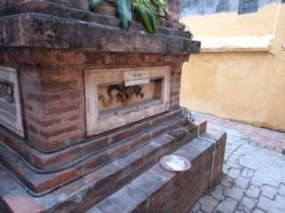 Tiền lẻ được rải ở khắp nơi trong chùa.
