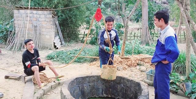 """Để có nước sử dụng, sáng ngày 24/2 ông Neo đã huy động con cháu đến """"hạ giếng"""" tìm nước ngầm.."""