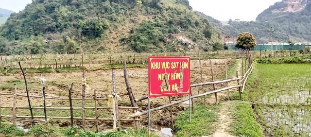 Ngoài mất nước ngầm, tại 2 bản Công và Na Hiêng còn xuất hiện sụt lún đất, khiến người dân lo lắng.