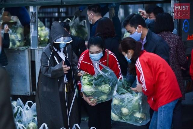 Sinh viên và giảng viên Trường Đại học Bách khoa Hà Nội chung tay giúp đỡ mua nông sản Hải Dương. Ảnh: Huyền Hạnh.
