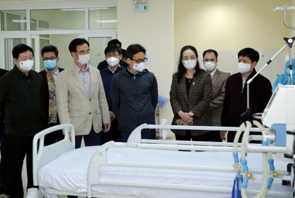 Phó Thủ tướng Vũ Đức Đam thăm đơn vị điều trị bổ sung cho bệnh nhân Covid-19 tại Bệnh viện dã chiến số 2 đặt tại Đại học Y tế kỹ thuật Hải Dương, ngày 31/1. Ảnh: VGP.