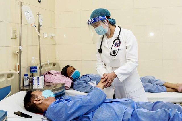 Bệnh nhân ung thư đang điều trị có thể được tiêm vaccine Covid-19, miễn người bệnh không có chống chỉ định hay dị ứng với bất cứ thành phần nào của thuốc. Ảnh: VGP.