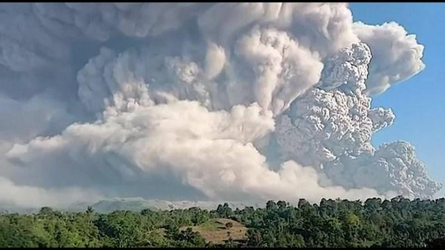 Indonesia: Núi lửa phun cột khói bụi cao 5.000 mét - Ảnh 1