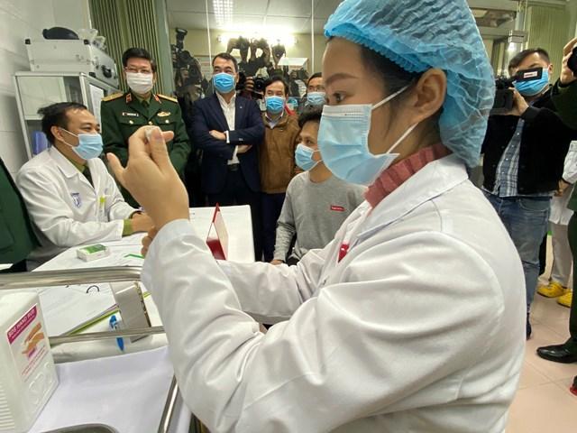 Chuẩn bị tiêm vaccine ngừa Covid-19 do Việt Nam điều chế cho người tình nguyện, ngày 17/12/2020.