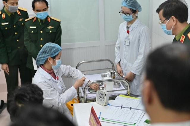 Chuẩn bị tiêm vaccine thử nghiệm trên tình nguyện viên tại Học viện Quân y.