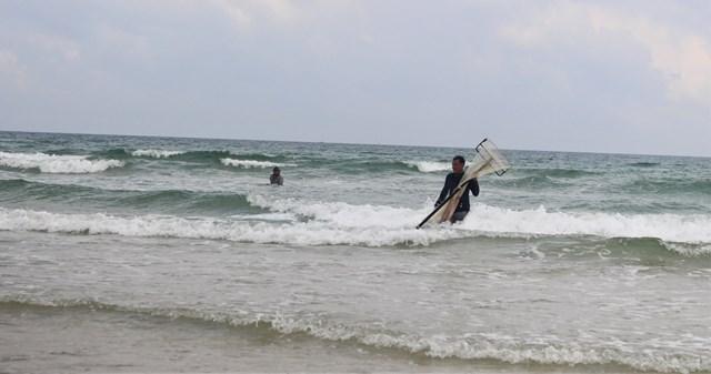 Người dân Quảng Ngãi, Quảng Nam đánh vật với cơn sóng biển để cào ốc gạo.