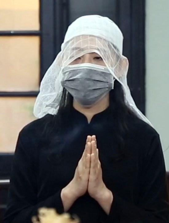 Con gái nghệ sĩ Văn Thành tại tang lễ của cha. Ảnh: Hoàng Huế / Vnexpress.