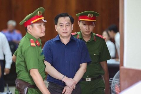 Cảnh sát dẫn giải bị cáo bị cáo Phan Văn Anh Vũ.