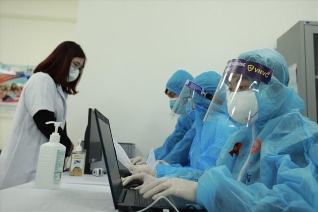 Làm thủ tục trước khi tiêm tại Bệnh viện Bệnh Nhiệt đới trung ương.