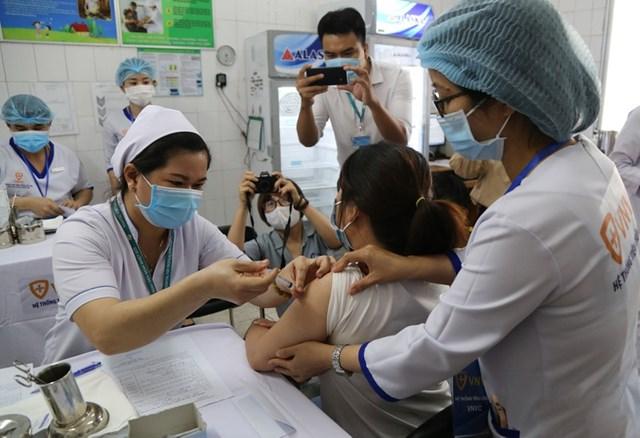 Tiêm vaccine ngừa Covid-19 tại Bệnh viện Bệnh Nhiệt đới TP HCM, sáng ngày 8/3.