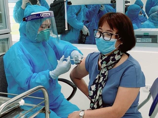 Chị Đặng Thị Thanh (Bệnh viện Bệnh Nhiệt đới trung ương) được tiêm vaccine Covid-19, sáng 8/3.