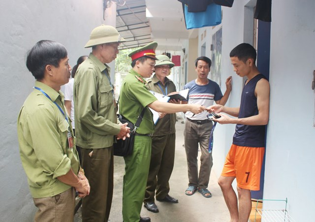Công an thị xã Phổ Yên phối hợp với ban quản lý các khu nhà trọ của công nhân để rà soát, lập danh sách cử tri tham gia bầu cử. Ảnh: Trịnh Phương.