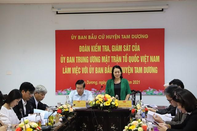 Đoàn kiểm tra giám sát của UBTƯ MTTQ Việt Nam làm việc với Ủy ban Bầu cử huyện Tam Dương. Ảnh: Hương Diệp.
