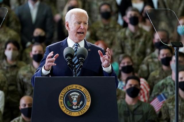 Ông Biden phát biểu trước binh sĩ Mỹ đóng quân tại Anh. Ảnh Reuters.