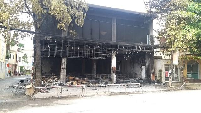 Căn nhà gồm 3 tầng, quá trình dập lửa lực lượng chức năng khó tiếp cận vì tất cả cửa đều được khóa bên trong.