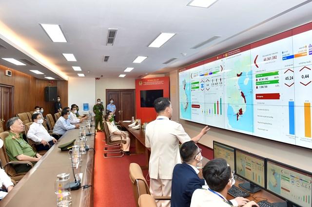 Thủ tướng Phạm Minh Chính và các đại biểu nghe giới thiệu về Hệ thống điều hành cơ sở dữ liệu dân cư. Ảnh: VGP/Nhật Bắc.