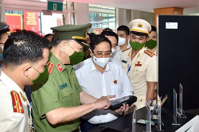 Thủ tướng Chính phủ Phạm Minh Chính tham quan khu vực trưng bày các trang thiết bị phục vụ Dự án Cơ sở dữ liệu quốc gia về dân cư. Ảnh: VGP/Nhật Bắc.