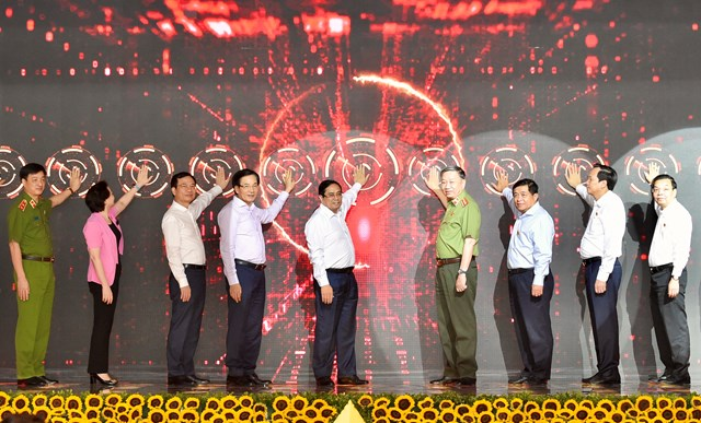 Thủ tướng Phạm Minh Chính và các đại biểu xác thực điện tử, kích hoạt vận hành chính thức hệ thống Trung tâm dữ liệu quốc gia về dân cư và hệ thống sản xuất, cấp và quản lý căn cước công dân. Ảnh: VGP/Nhật Bắc.