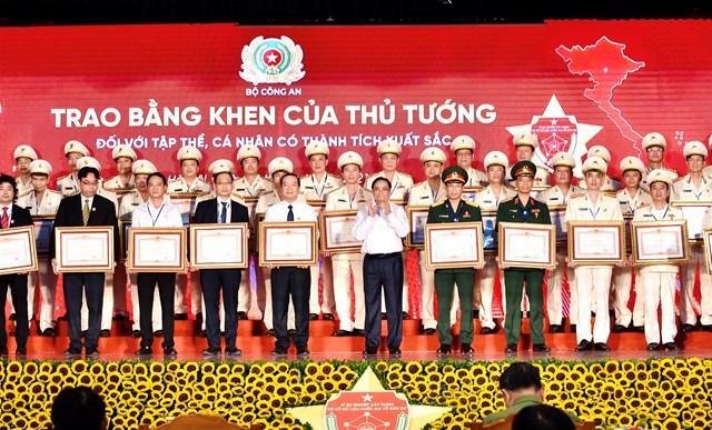Thủ tướng Phạm Minh Chính trao Bằng khen cho các tập thể, cá nhân có thành tích xuất sắc trong xây dựng, triển khai hai dự án. Ảnh: VGP/Nhật Bắc.