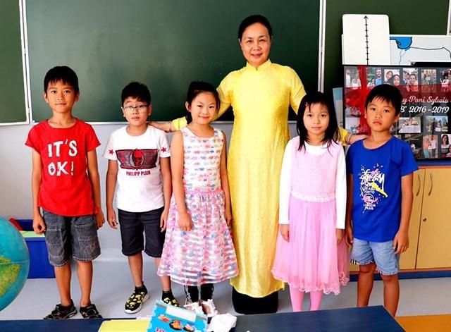 Cô trò Trường Tiếng Việt Lạc Long Quân, Ba Lan. Nguồn: TG&VN.