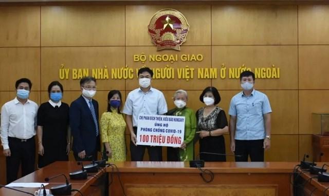 Bà Phan Bích Thiện và gia đình ủng hộ phòng, chống Covid-19 tại Việt Nam 100 triệu đồng. Ảnh: Dương Tiêu.