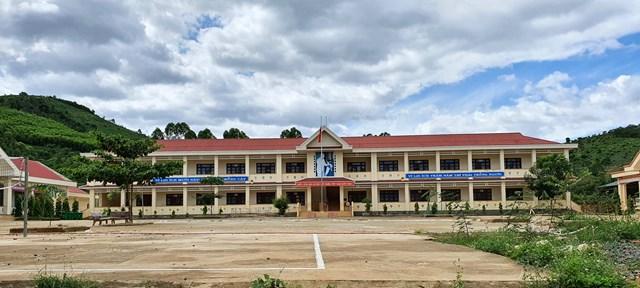 Điểm chính trường Tiểu học Cư Pui 2 (xã Cư Pui) nơi có 100% học sinh là người Mông được xây dựng khang trang.