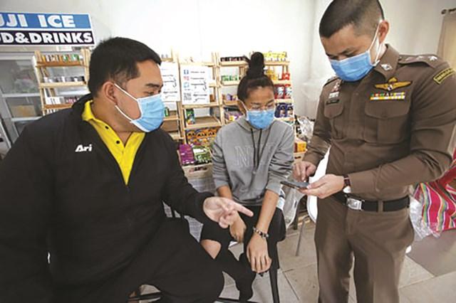 Một phụ nữ bán hàng ở Bangkok - Thái Lan bị bắt vì phát tán thông tin sai lệch trên mạng xã hội về đợt bùng phát Covid-19 năm 2020.Nguồn: Bangkok pos.