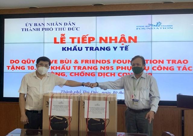 Trao tặng khẩu trang y tế cho đại diện UBND TP Thủ Đức.Ảnh: hcmcpv.