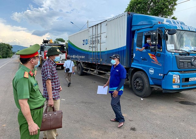 Cần có những quy định cụ thể để tạo thuận lợi cho xe vận chuyển hàng hóa thiết yếu vào các địa phương thực hiện giãn cách xã hội.