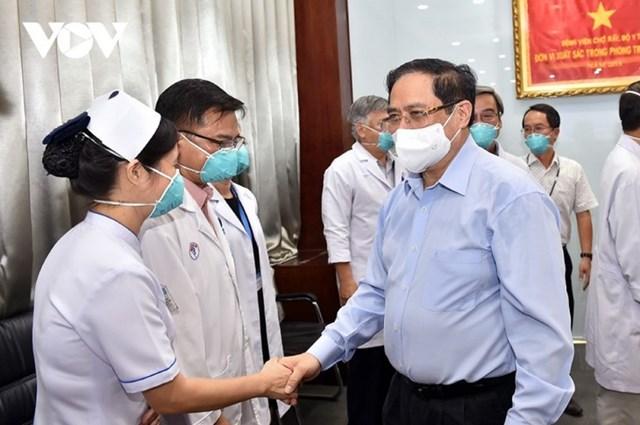 Thủ tướng Phạm Minh Chính tới thăm, động viên các lực lượng phòng chống dịch, đội ngũ cán bộ, y tá, bác sĩ tại Bệnh viện Đại học Y Dược TP Hồ Chí Minh. Ảnh: VOV.