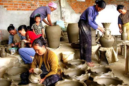 Nghệ nhân làng gốm Bàu Trúc tạo sản phẩm mà không cần dùng đến bàn xoay.