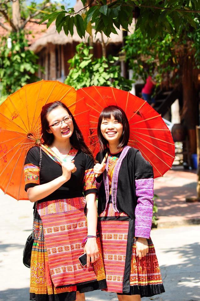 Khách du lịch chụp ảnh với trang phục dân tộc.