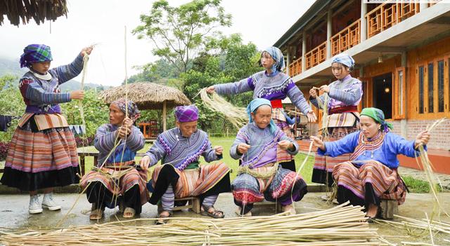 Trang phục phụ nữ Mông Hoa: Tác phẩm nghệ thuật trang trí tiêu biểu