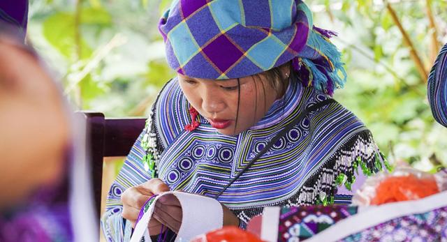 Phụ nữ Mông Hoa ở huyện Bắc Hà (Lào Cai) đang thực hiện các công đoạn làm váy, áo.